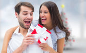Copain surprenant femme avec cadeau — Photo