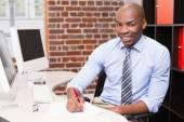 写文件在办公桌的商人 — 图库照片