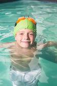 かわいい子供はプールで泳いで — ストック写真