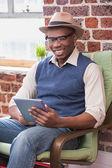 Uomo sorridente utilizzando la tavoletta digitale — Foto Stock
