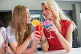 Söt vänner dricka drinkar tillsammans — Stockfoto