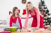 Slavnostní matka a dcera, takže vánoční cukroví — Stock fotografie