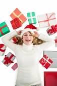 Usmívající se žena položila na podlahu s dárky kolem ní — Stock fotografie