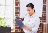 Mulher de negócios usando tablet digital — Fotografia Stock