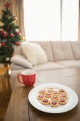 Cookies and mug on coffee table at christmas — Zdjęcie stockowe