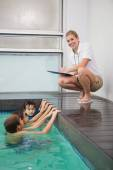 Cute kids in the swimming pool listening to coach — Foto de Stock