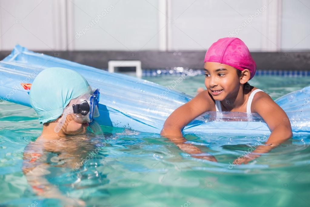Lindos ni os peque os nadando en la piscina fotos de for Fotos follando en la piscina