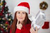 Feestelijke roodharige bedrijf de gift van Kerstmis — Stockfoto