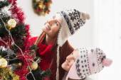 Mother and daughter decorating christmas tree — Stockfoto