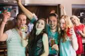 Mladí přátelé, Připijte si spolu — Stock fotografie
