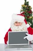 Santa claus pokazano jego laptop — Zdjęcie stockowe