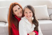 Mother and daughter smiling at camera — Stock Photo