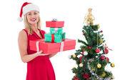 Festliche Blondine im roten Kleid hält Geschenke — Stockfoto