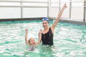 Roztomilá holčička, učil jsem se plavat s trenérem — Stock fotografie
