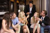 Şık arkadaş birlikte içki içiyorum — Stok fotoğraf