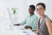 Businesswomen working together at desk — Stock Photo