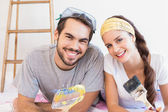 Cute couple redecorating living room — Stock Photo