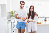 Young couple having a healthy breakfast — ストック写真