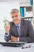 Uomo d'affari sorridenti, mostrando i pollici — Foto Stock
