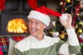 Smiling man wearing santa hat — 图库照片