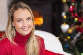 Portrait of a blonde sitting on couch at christmas — Stockfoto