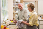 Senior couple washing the dishes — ストック写真