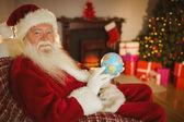 Noel sonriente sosteniendo un globo — Foto de Stock