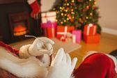 圣诞老人抱着他的眼镜 — 图库照片
