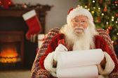 Szczęśliwy santa pisanie lista z pióro — Zdjęcie stockowe