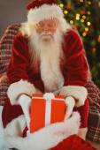 Porträt von Santa, die Geschenke in seinem Sack glatt — Stockfoto
