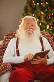 デジタル タブレットを使用してハッピー サンタ — ストック写真