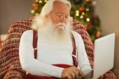 Otec Vánoc psaní na notebooku — Stock fotografie