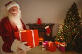 Happy santa delivering presents at christmas eve — Stock Photo