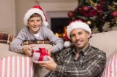 Portret uśmiechnięty ojciec i syn na Boże Narodzenie — Zdjęcie stockowe
