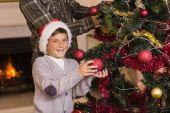 San und Vater schmücken den Weihnachtsbaum — Stockfoto