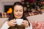 Pretty brunette enjoying hot chocolate — Stock Photo