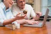 查找在线用药的年长夫妇 — 图库照片