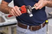 Plumber fixing pipe with wrench — Fotografia Stock