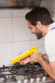 Plumber putting filling in between tiles — Fotografia Stock