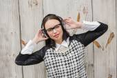 Pretty hipster listening to music — Stock Photo