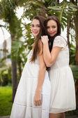 Hezká přátel s úsměvem v bílých šatech — Stock fotografie