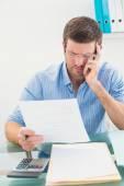 Empresario leyendo el documento en su escritorio en su oficina — Foto de Stock