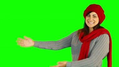 サンタ帽子を手で提示でかなりブルネット — ストックビデオ