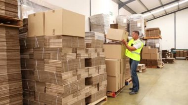 Warehouse worker preparing a shipment — Stock Video
