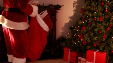 Santa delivering gifts to a home — Stock Video