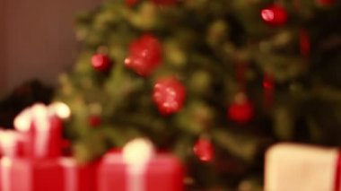 Blinking lights on christmas tree out of focus — Stock Video