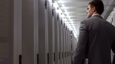 Data technician walking through locker hall — Vídeo Stock