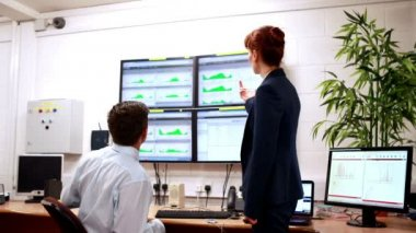 Data center colleagues talking in office — Stockvideo