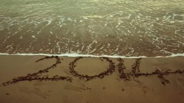Tide rolling over 2014 in the sand — Vidéo