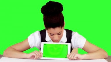 Pretty woman showing tablet with green screen — Stock Video
